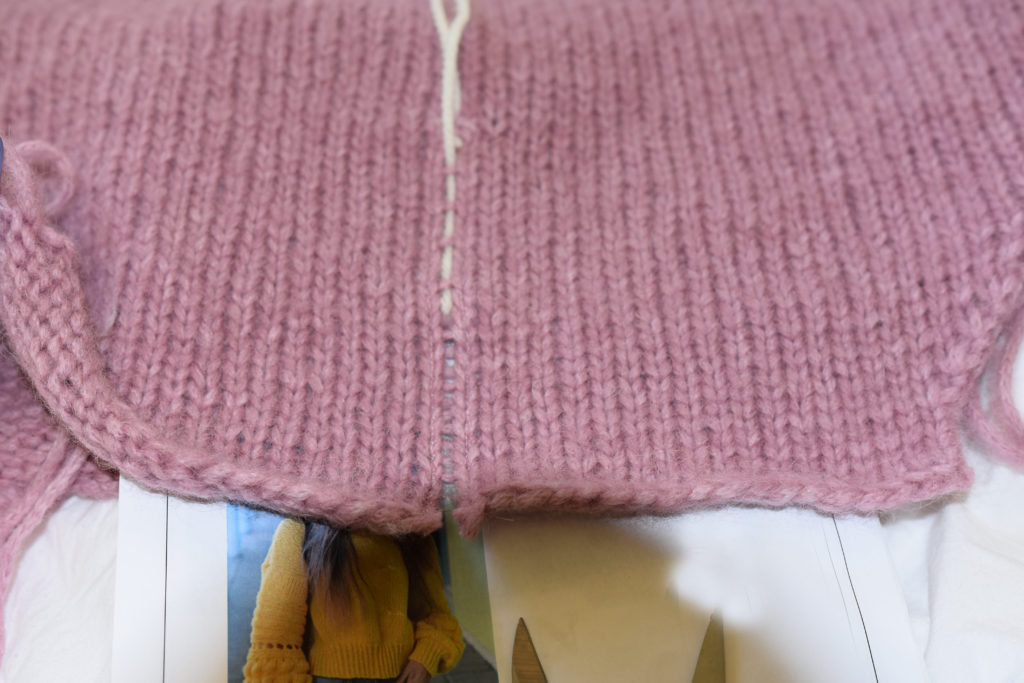 Kontrastfarget tråd der jeg skal klippe i strikketøyet
