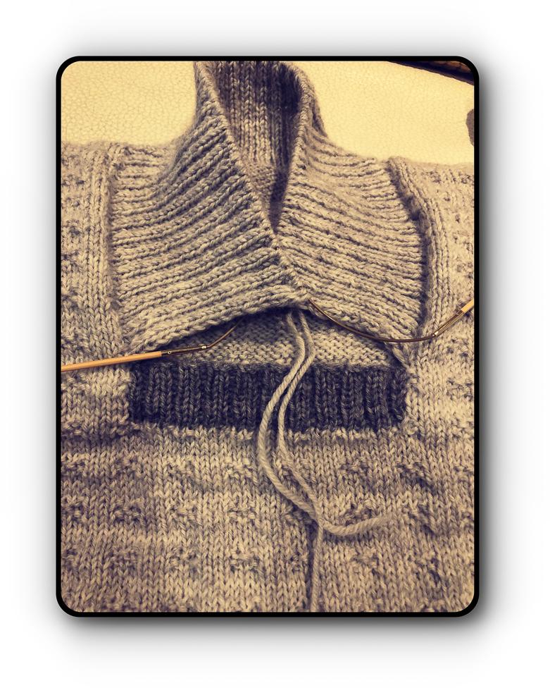 Halsen snart ferdig, skal syes fast til det grå feltet når ferdig strikket